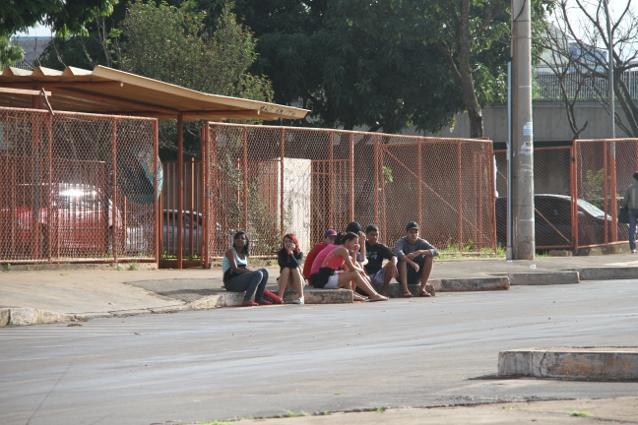 Cotidiano: em frente da escola