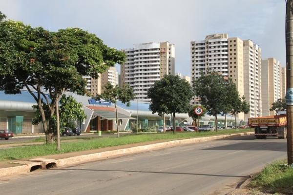 A cidade crece desordenadamente, mas também para o alto