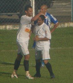 Cassius comemora com Molina o empate