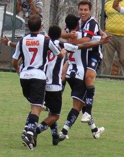 Dimba comemora o primeiro gol do Gato