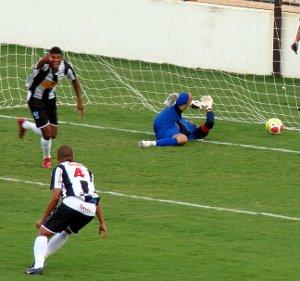 Luiz Carlos e Panda comemoram: Ceilândia 1 x 0