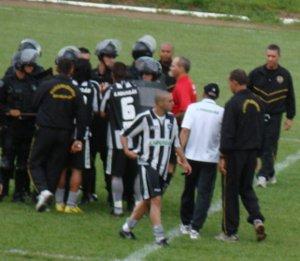 Jogadores do Botafogo pressionam a arbitragem