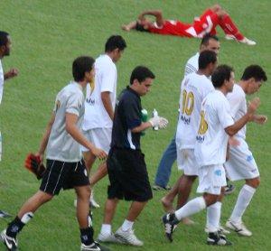 Jogador do Brasilia cai ao chão. No final das contas o Colorado não caiu.