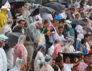 Público no Abadiâo : muito chuva