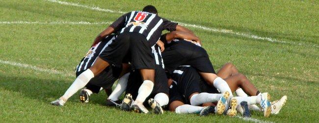 Andrezinho debaixo da pilha: golaço contra o Botafogo
