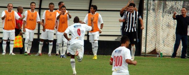 Pedrão comemora o gol contra o Formosa