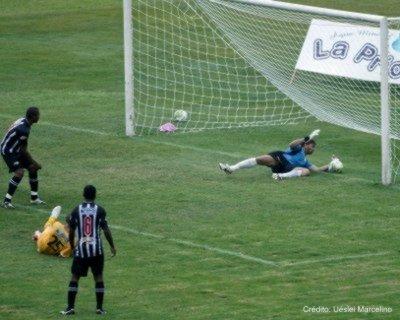 Fotografia de Uéslei Marcelino: bola ultrapassou a linha