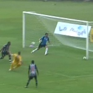 A bola se choca frontalmente com a trave. Para ir para o gol teria que fazer uma curva enorme...
