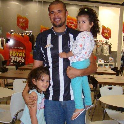 Josimar Costa com as filhas: feliz com a camisa