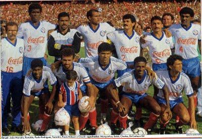 Agachados a partir da esquerda: Marquinhos, Bobô e Charles. Bahia campeão brasileiro de 1988