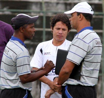 Marquinhos Bahia, Iranildo e Ferreira, preparador físico: conversa para saber estado atlético do jogador.