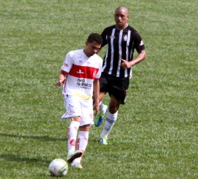 André Oliveira chega atrasado. Problemas de marcação no meio de campo complicaram a vida da lateral-esquerda.