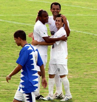 China, Cassius e Tety comemoram o segundo gol do Gato