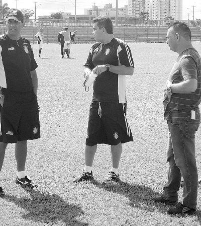 Divino Ferreira, preparador físico, Ricardo Oliveira e Adelson de Almeida no primeiro dia do treinador (Crédito: Marcus Pereira - Jornal de Brasília)