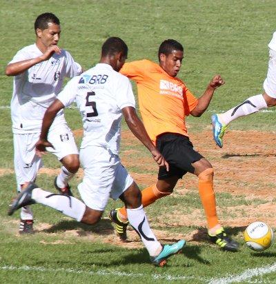 Alcione, ao fundo e à esquerda, fez o segundo gol do CEC