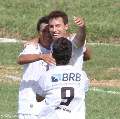 Dimba comemora com Rogerinho e Tety:estréia com vitória
