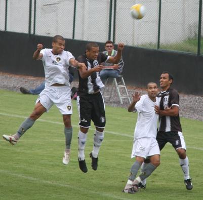 Thiago Eciene entrou no lugar de Diego Marangon, machucado.