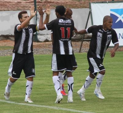 Dimba comemora o seu segundo gol com Breno, China e Claudinoor