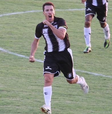 Dimba comemora o gol de empate: na valentia