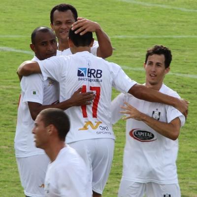 Em janeiro de 2012, China e Tety comemoram na vitória sobre o Brazlândia. Ambos já deixaram o time