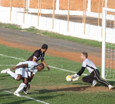 Darci solta a bola: falha minimizada pela vitória