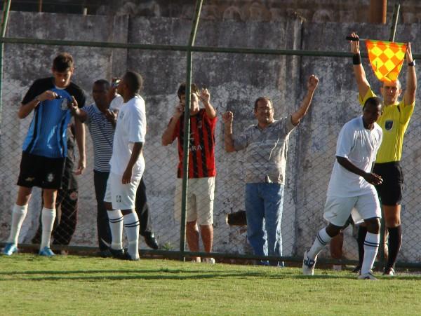 Na última partida apitada por Rodrigo Raposo: Marquinhos Bahia expulso e vitória sofrida