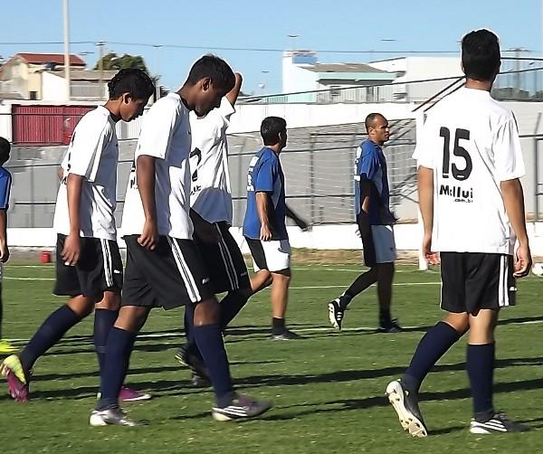 Time juvenil treinou contra os profissionais