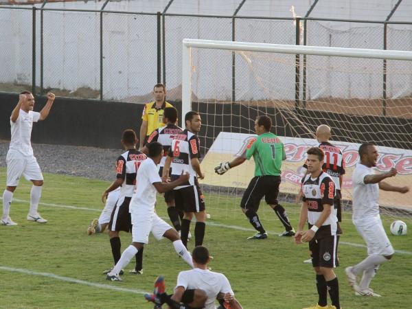 Ceilândia comemora o gol de Dimba: massacre no segundo tempo