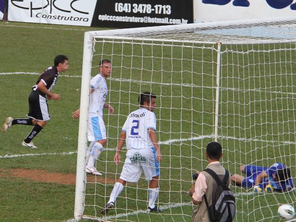 Dimba comemora o segundo gol do Ceilândia