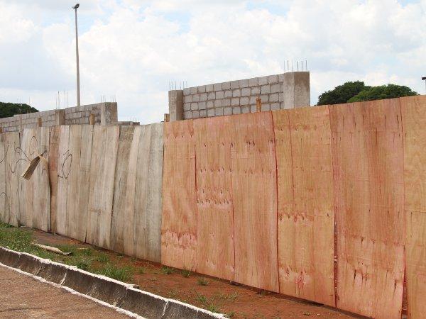 Um milhão para reformar  muro e estacionamento interno