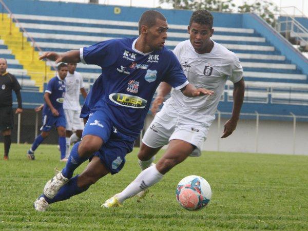 Clécio corre atrás da bola Penalty