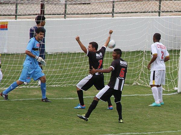 Dimba comemora o gol de Adriano: pouco para um campeão