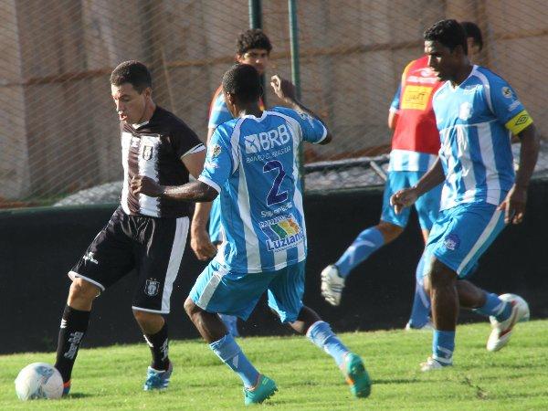 Dimba: sempre de costas para o gol