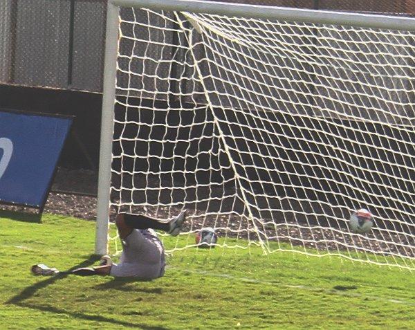 Edinho sofre o primeiro gol