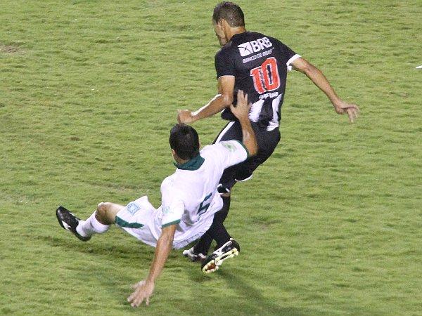 O Gama abusava das faltas, mas o CEC era incapaz de criar situações claras de gol