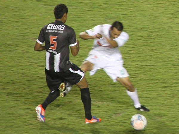 Juninho recebe cartão: árbitro demorou a reagir e quase perde controle da partida