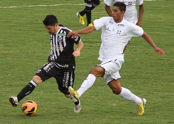 Alisson marca Ricardinho: meia marcando meia num jogo pegado