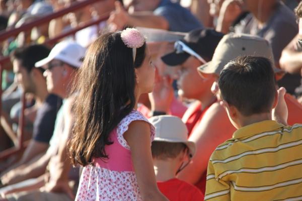 Crianças assistindo ao jogo: a nota mais bela da partida!