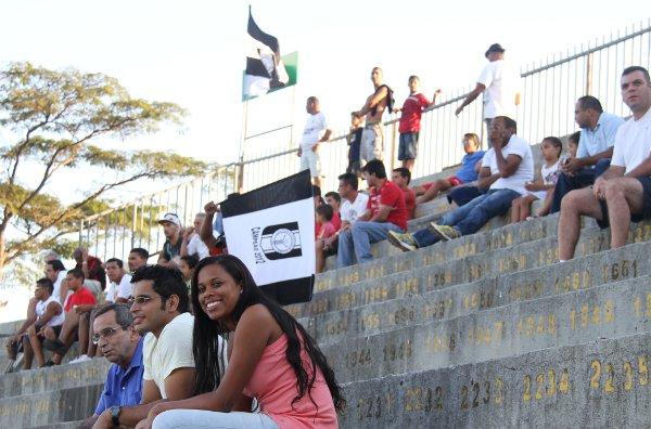 Um décimo do estádio preenchido: surpreendentemente, muitos torcedores orgulhosos do Gato