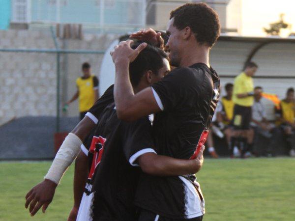Edson é abraçado pelos companheiros: segundo gol alvinegro