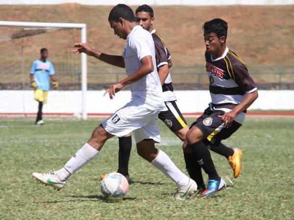 Fabinho fez dois gols e ajudou o CEC a vencer