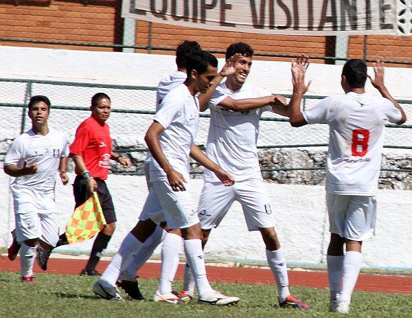 Gustavo comemora o terceiro gol do CEC
