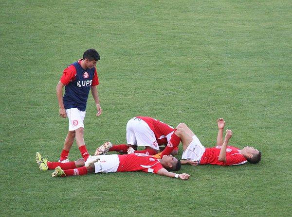 Jogadores do Brasília, exaustos, comemoram