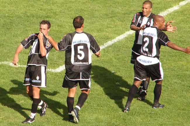 Giovani comemora no time comandado por Gil Baiano