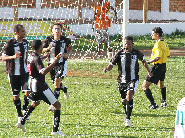 Allan Dellon comemora um dos gols alvinegros na vitória de 2012: Time joga pressionado