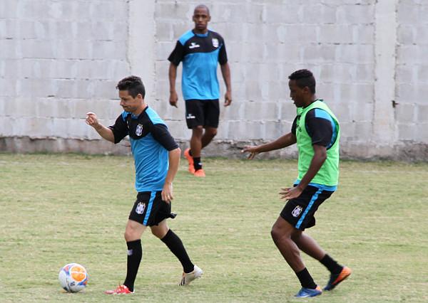 Valdinei, ao fundo, observa Tiaguinho e Chulapa: agradou e pode entrar no time: