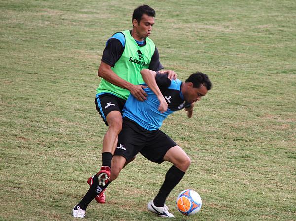 Juninho Goiano na disputa de bola: opção para Adelson de Almeida