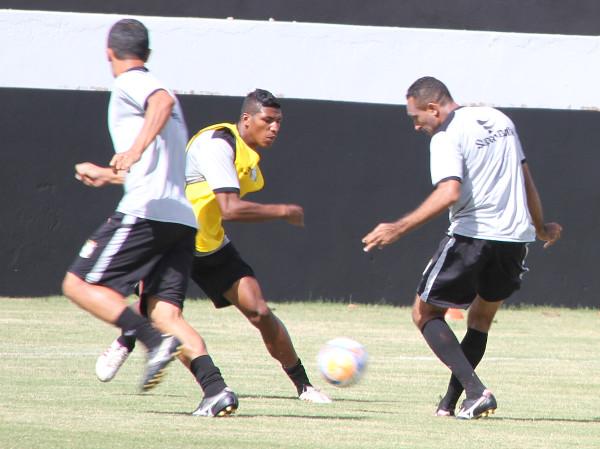 Adriano Felício contra Badhuga: meia pode ajudar