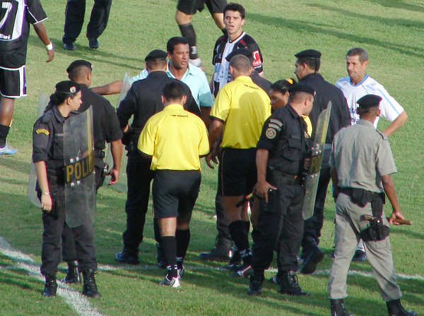 Em 2006: Mauro Fernandes reclama da arbitragem... jogos sempre complicados