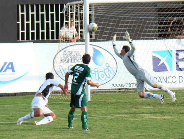 Cassius faz o segundo gol alvinegro, o segundo gol dele.